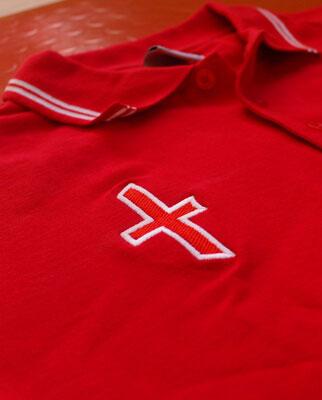 Czerwona koszulka polo z krzyżem